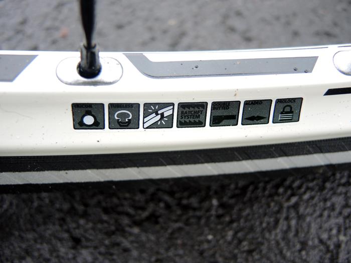 Auf der Felge findet man (meist) die Angabe über den Grad der Tubeless-Eignung. Diese Felge eines DT Swiss Tricon 1550 Laufradsatzes ist ohne weitere Maßnahmen für Tubeless-Reifen geeignet. Foto: Gathmann