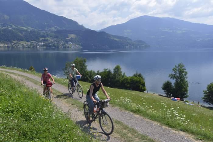 Flach folgt der Radweg dem Fluss Drau und bietet dabei immer wieder Ausblicke auf Seen und Berge. Foto: Thorsten Brönner
