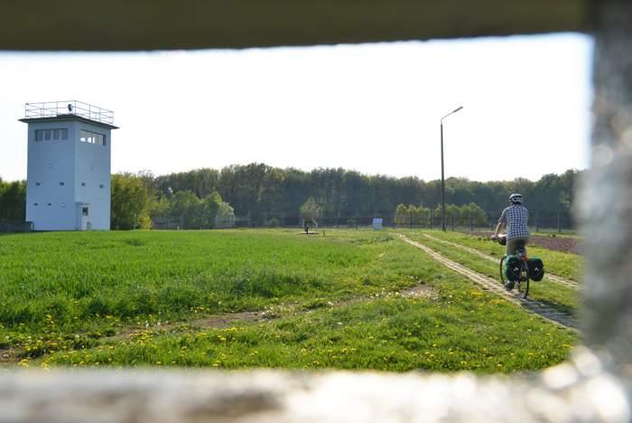 """Viele Relikte der ehemaligen deutsch-deutschen Grenze lassen sich entlang des Radwegs """"Eiserner Vorhang"""" besichtigen. Foto: Thorsten Brönner"""
