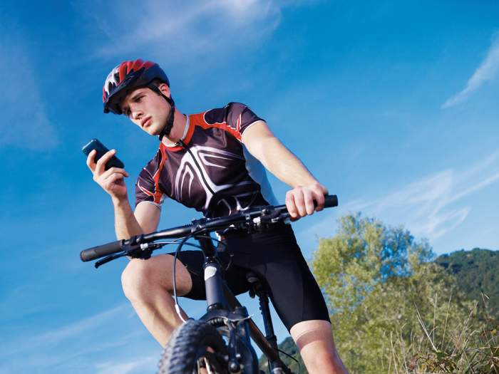 Navigation - ob auf Moutainbike-, Rennrad- oder Trekking-Tour - geht heute nicht nur über das GPS-Gerät sondern auch mit Apps über das Smartphone. Foto: Shutterstock.