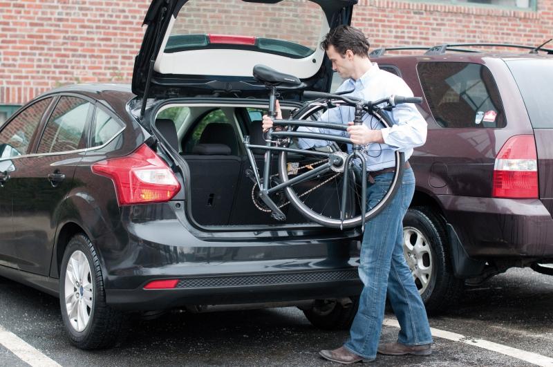 Mit dem Auto kann das Rad zum Beispiel im Kofferraum oder auf einem speziellen Fahrradträger. Foto: Foto: pd-f.