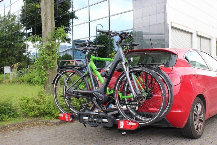 Fahrradträger fürs Heck werden meist auf der Anhängerkupplung befestigt und sind leicht zu beladen - auch mit E-Bikes. Foto: Lisa Partzsch.