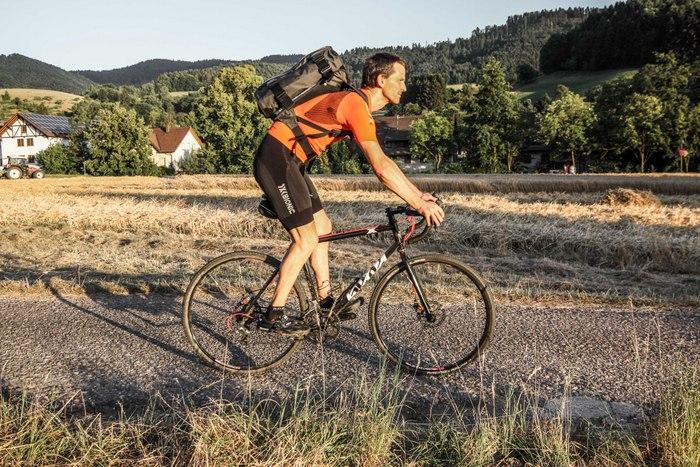Die Lastenverteilung des Henty Wingman ist auch auf dem Rennrad problemlos. Fotos: Patrick Kunkel.