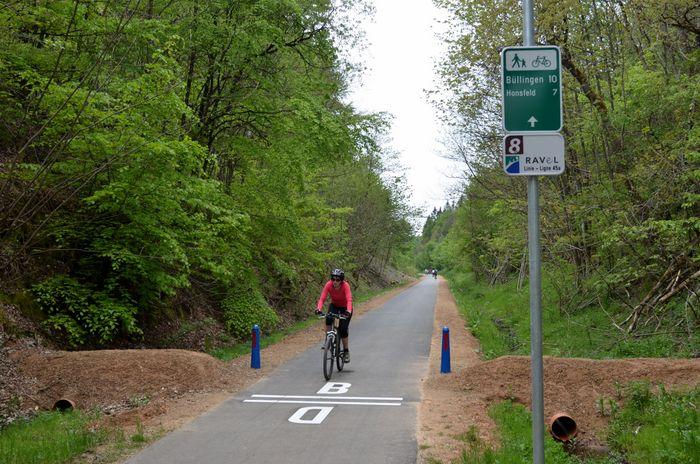 Grenzübertritt von Deutschland nach Belgien (oder andersrum) auf dem Vennbahn-Radweg.