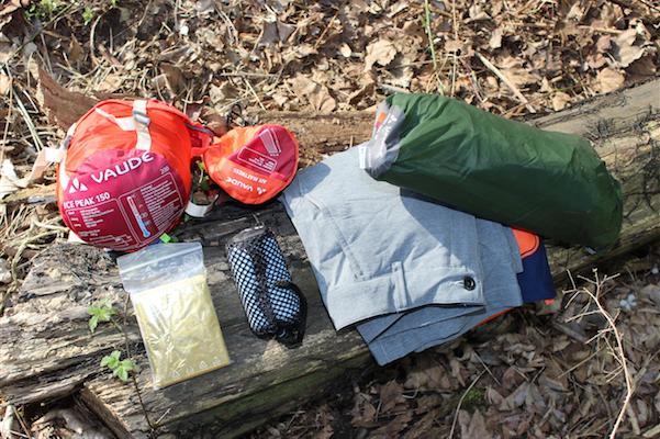 Das passt alles in die Satteltasche: die gesamte Outdoor-Ausrüstung fürs Übernachten, Zelt, Schlafsack. Rettungsdecke statt Iso-Matte, Handtuch, T-Shirt und Shorts zum Wechseln.