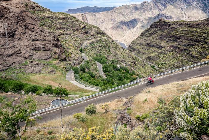 Nie flach, aber immer spektakulär schön sind die Bergstrecken im Inselinneren von Gran Canaria. Die zerklüfteten Täler sind von Trockenheit geprägt. Die Niederschläge des Winters werden mit zahlreichen Talsperren aufgefangen. Rechts am Bildrand ein Ausläufer der Presa del Paralillo.