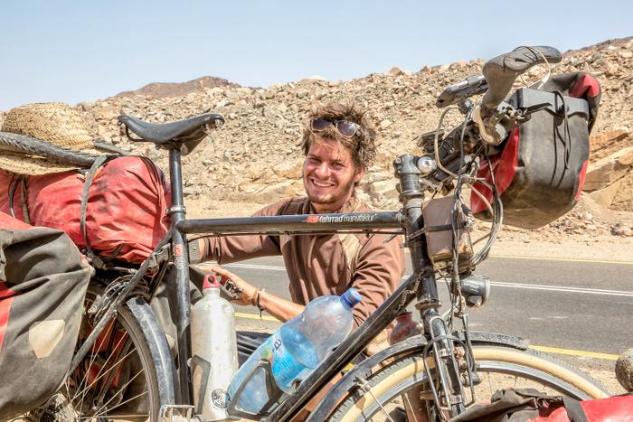 Weitgeradelt: Anselm Pahnke mit seinem Fahrrad. Fotos: Anselm Pahnke.