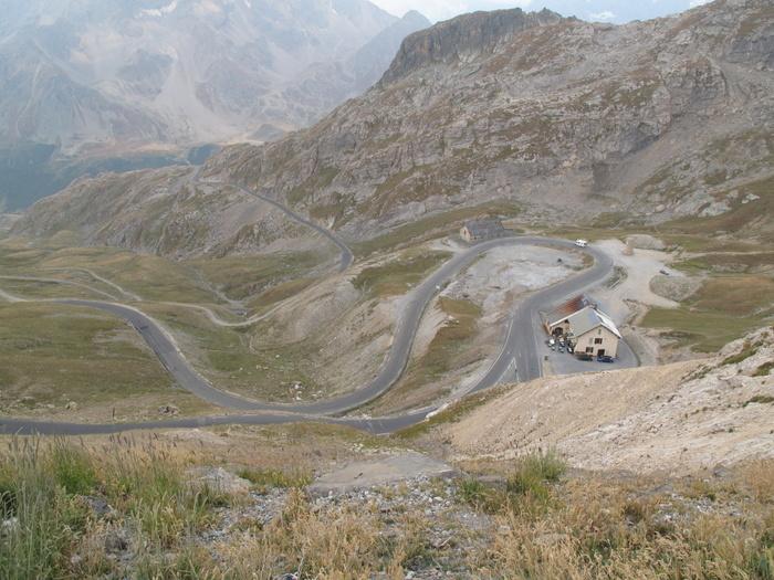 In engen Kehren winden sich die Passstraßen auf die Gipfel. Foto: Heindrun Dzierzon.