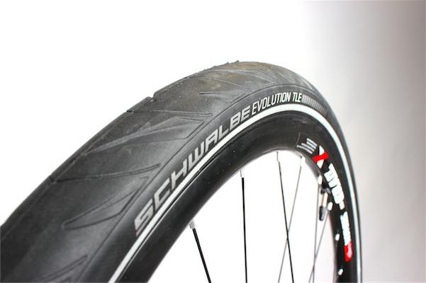 Schwalbe Marathon Supreme. Das TLE auf der Reifenflanke kennzeichnet die Tubeless-Easy-Variante. Foto: Partzsch