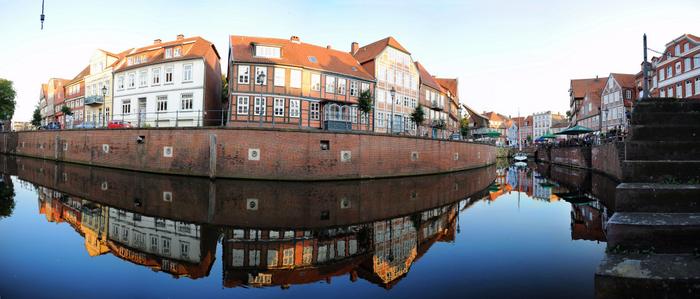 Panoramablick auf Fischmarkt, Hafen und Fachwerkhäuser in der Hansestadt Stade. Foto: Martin Elsen.