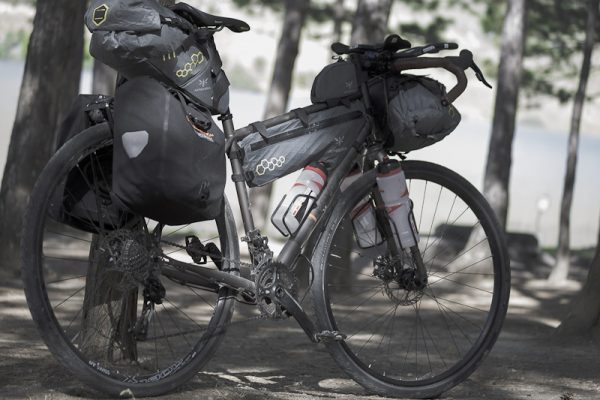 Marcs Bombtrack Beyound mit Bikepacking Equipment von Apidura. Bild: Marvin Beranek.