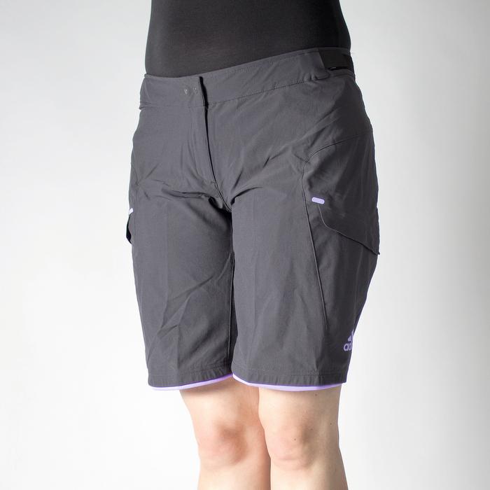 Adidas (Damenmodell): Top-Komfortnoten. Luftigste Hose, durch Mesh-Einsätze besonders bequem, in der Innenhose gefühlt weniger atmungsaktiv. Relativ dünne, nicht auftragende Polsterung. Weniger Punkte bei Ausstattung durch wenige Taschen, kein Reflexmaterial und keine Extras. Innenhose fällt eher klein aus. Note: 1,5