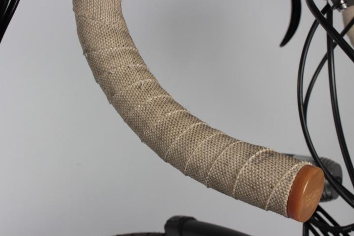 Komfortabler als andere Lenkerbänder, in der hellen Variante aber leider auch etwas schmutzempfindlicher. Es gibt aber auch noch ein Modell in dunkler Farbe. Foto: Lisa Partzsch.