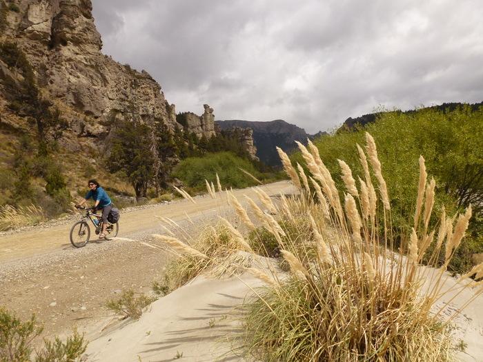 Radfahrerin auf einer unbefestigten Straße in Patagonien.