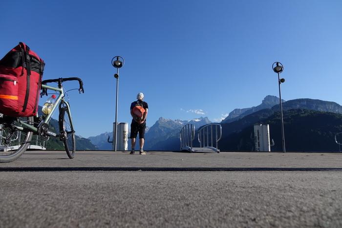 Fast sehnsüchtig geht Walter Aeschimanns Blick in Richtung der Berge, in ihnen hat er 16 Pässe bekmäpft und 11.000 Höhenmeter gesammelt. Foto: Walter Aeschimann.