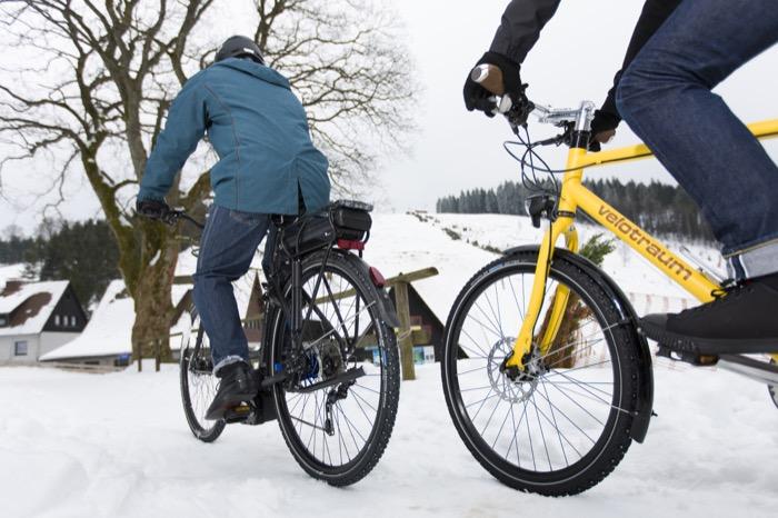 Mit Spikesreifen hat man auf Schnee und Eis sicheren Halt. Ein reduzierter Luftdruck verbessert die Traktion und sorgt dafür, dass man nicht so leicht einsinkt.