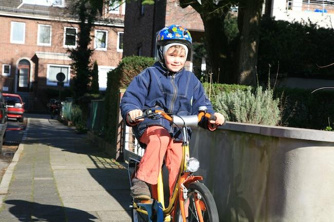Dieses Mädchen fährt auf einem Radweg, ab heute dürfen die Eltern hinterher fahren. Bild: ADFC/Lehmkühler