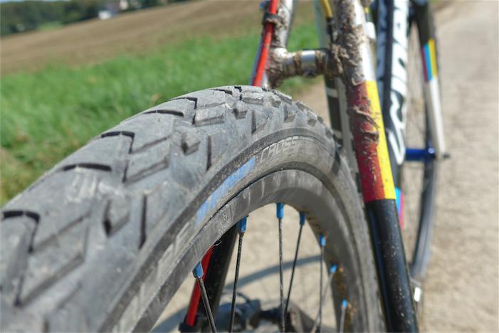 Passt gut: In einem typischen Cyclocrossrad/Gravelbike mit Alurahmen passen 27,5-Zoll-Reifen bis 44 mm mit viel Luft zum Rahmen. Hier der Schwalbe Marathon Cross in 44-584 am Cinelli Zydeco. Bild: Gathmann