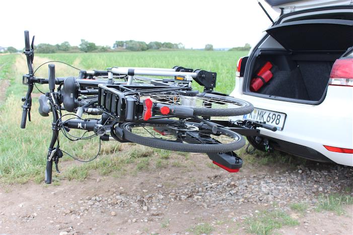 Praktisch: der Westfalia BC60 lässt sich leicht abklappen, um den Kofferraum zu erreichen. Dabei besteht keine Gefahr, die Räder zu beschädigen. Bild: Christopher Gay