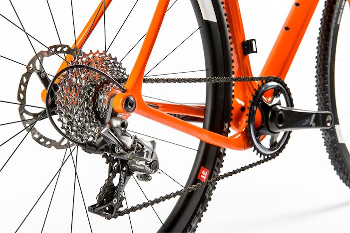 Vorreiter: Das Open Cycle U.P. besitzt einen kurzen aber breiten Hinterbau, in den 27,5-Zoll Reifen bis 55 mm Breite passen, aber auch 28-Zoll-Laufräder mit 35 mm breiten Reifen. Bild: Open Cycle