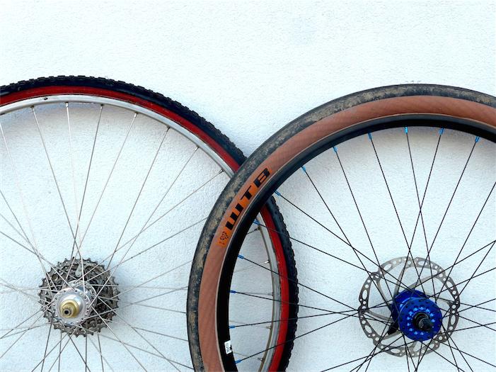 650B-Reifen mit 47 mm und Crossreifen mit 33 mm im direkten Größenvergleich. Beide Laufräder stehen auf gleicher Höhe auf. Bild. Gathmann