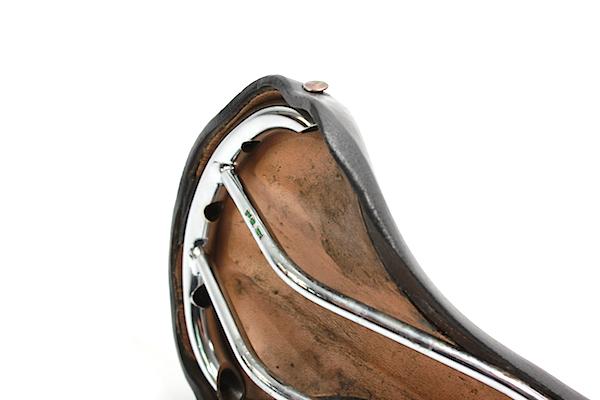 Extraleichter, 25 Jahre alter Lepper-Ledersattel mit Gestell aus Reynolds 531 Rohr. Wie dieser, haben Ledersättel haben meist keine Verstellbereichsmarkierung am Sattelgestell. Bild: Gathmann