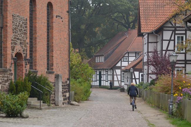 Idyllische Dorfdurchfahrten gibt es am Aller-Radweg häufig. Bild: Hans Kothe