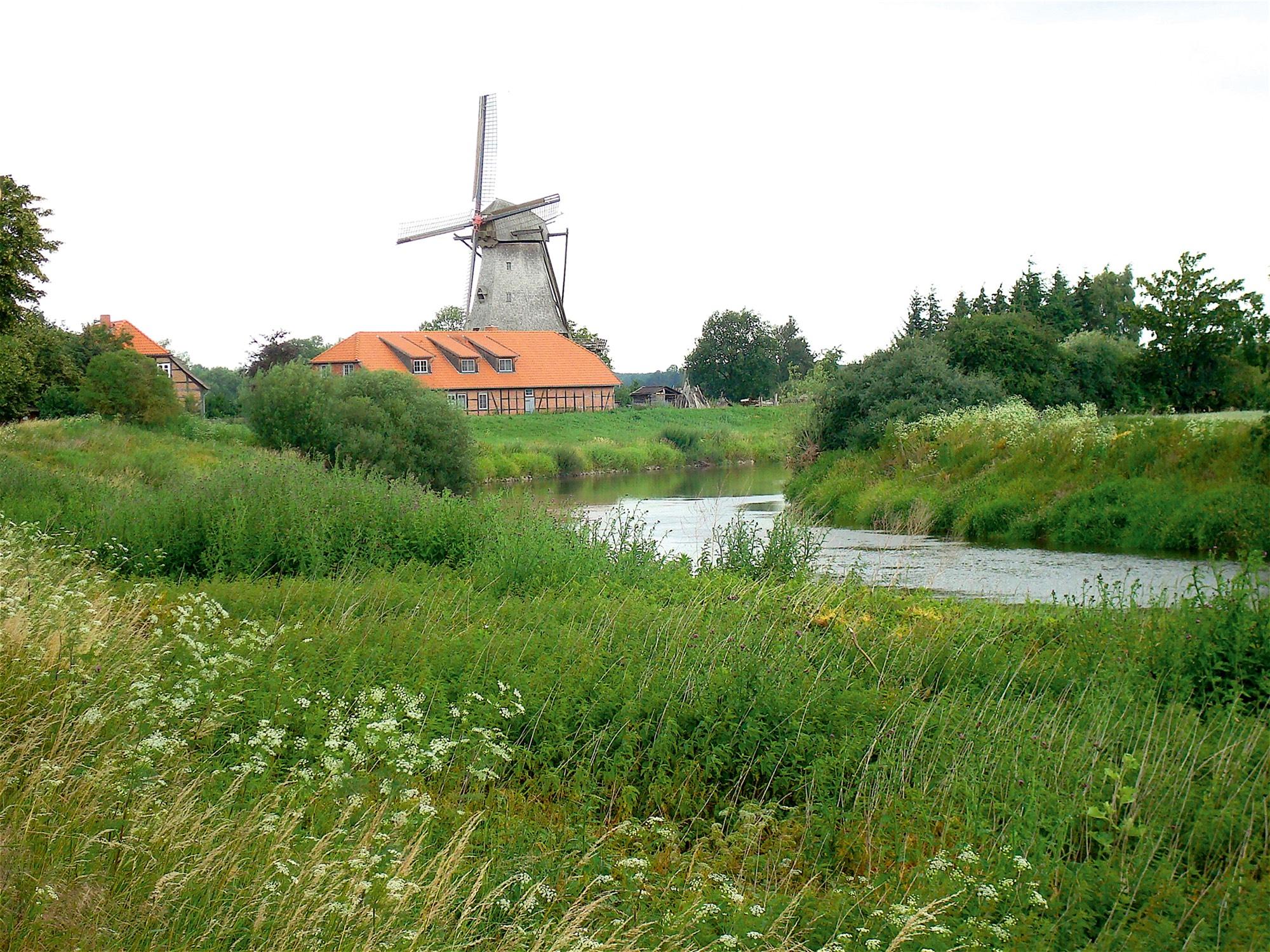 Voll funktionstüchtige Holländerwindmühle in Bothmer.