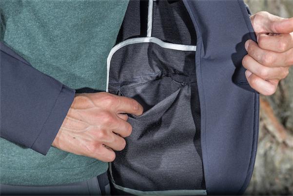 In der Innentasche mit Reißverschluss ist das Smartphone während der Fahrt sicher aufgehoben.