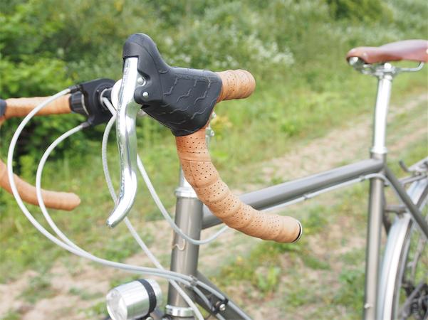 Brooks Ledersattel und Lederlenkerband stehen dem traditionellen Stahlrahmen gut. Bild: Gathmann