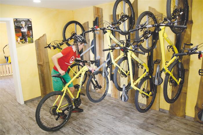 Platzsparende Radunterbringung im Hotel Tanne in Baiersbronn. Bild: Bicyclejack