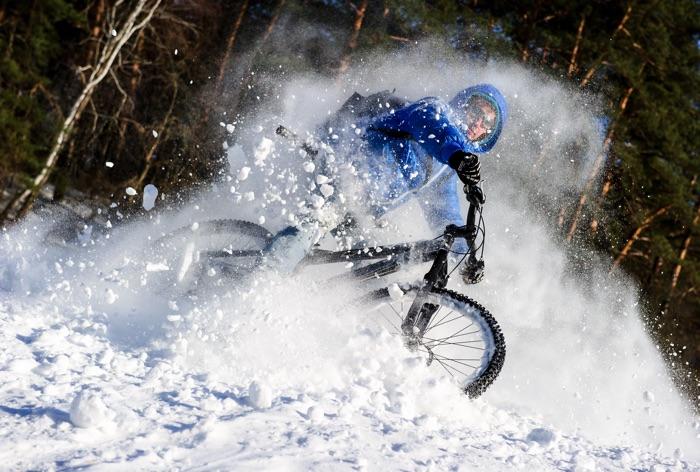 Durch den Schnee mit dem Bike. Foto: shutterstock