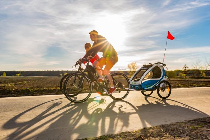 Der Qeridoo-Kindersportwagen eignet sich auch für lange Fahrradtouren. Foto: Qeridoo