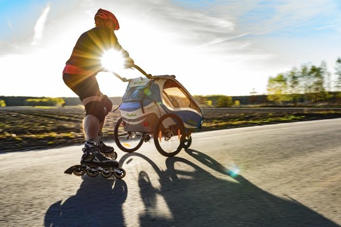 Mit dem Buggy-Rad lassen sich die Anhänger nicht nur als Kinderwagen, sondern auch beim Skaten oder Walken nutzen. Foto: Qeridoo